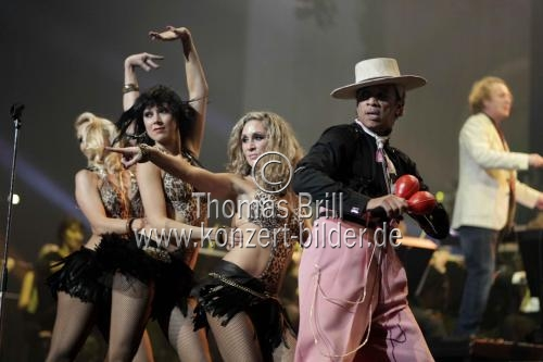 Amerikanische Band Kid Creole And The Coconuts bei der Night of the Proms 2010 in der Lanxess-Arena Köln (© Thomas Brill)