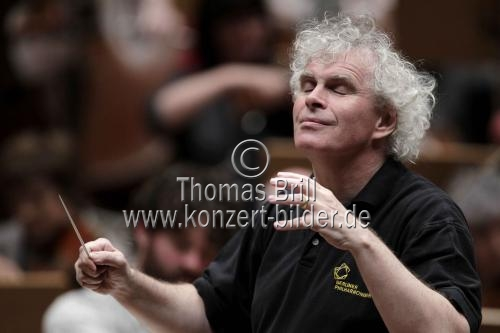 Britischer Dirigent Sir Simon Rattle leitet das Orchestra of the Age of Enlightenment in der Philharmonie Köln (© Thomas Brill)