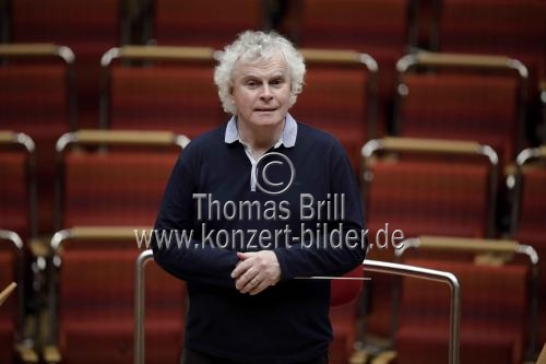 Britischer Dirigent Sir Simon Rattle leitet das London Symphony Orchestra in der Philharmonie Köln (© Thomas Brill)