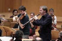 Amerikanische Violinist Joshua Bell und der deutsche Oboist Albrecht Mayer begleiten die Academy of St Martin in the Fields in der Philharmonie Köln (© Thomas Brill)