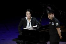 "Russisch-deutscher Geiger Aleksey Igudesman und der englisch-koreanische Pianist Hyung-ki Joo gastieren mit ihrer Show ""And Now Mozart"" in der Philharmonie Köln (© Thomas Brill)"